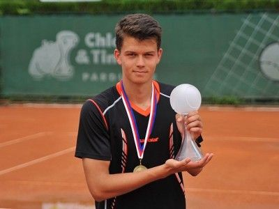 The winner of the Pardubice Junior Tennis Tournament 2017 Boys - Marek Dubský and the crystal trophy Merry Crystals